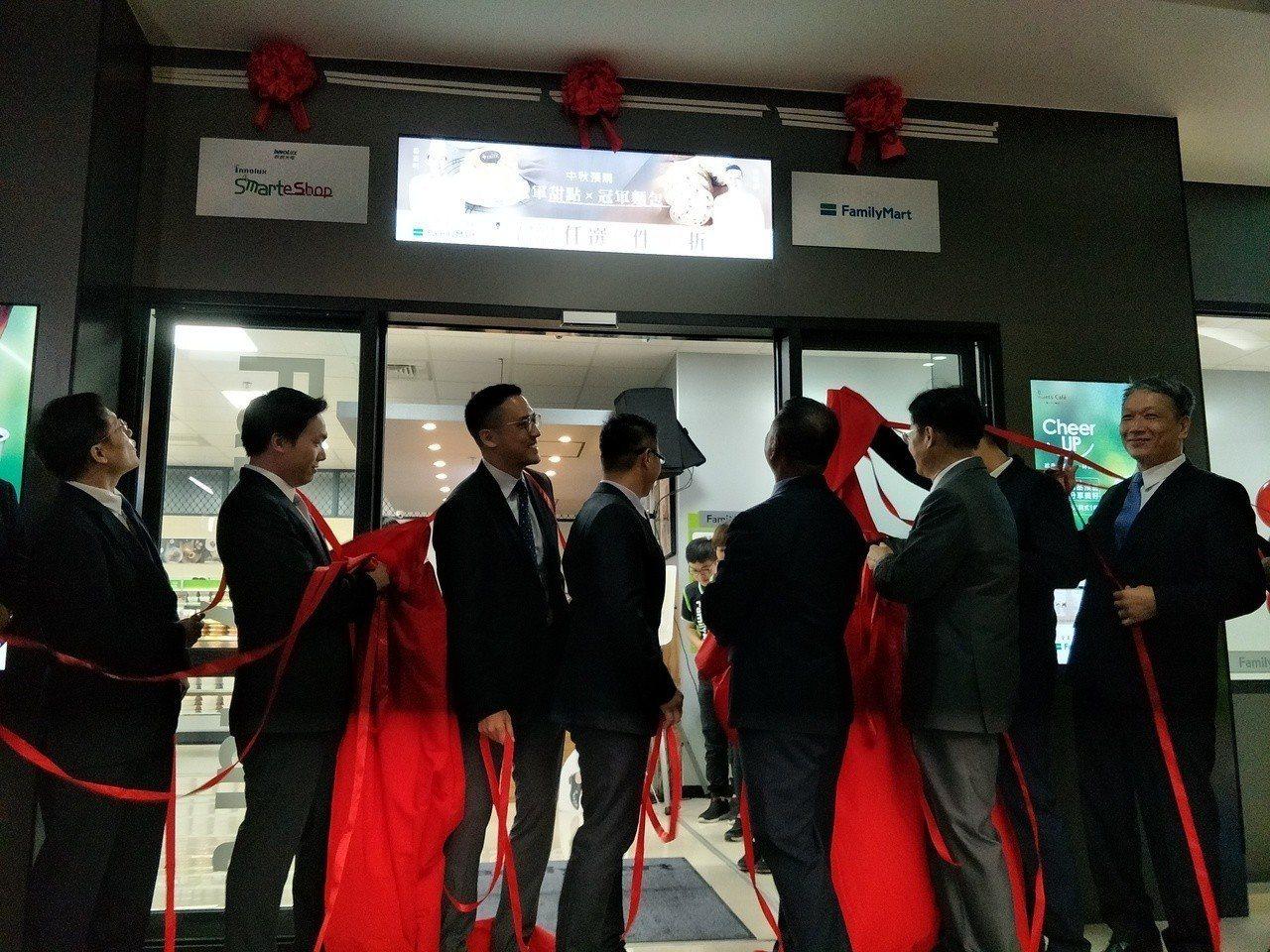 群創光電與全家超商今在群創台南營運總部成立全台首家智能商店。記者謝進盛/攝影