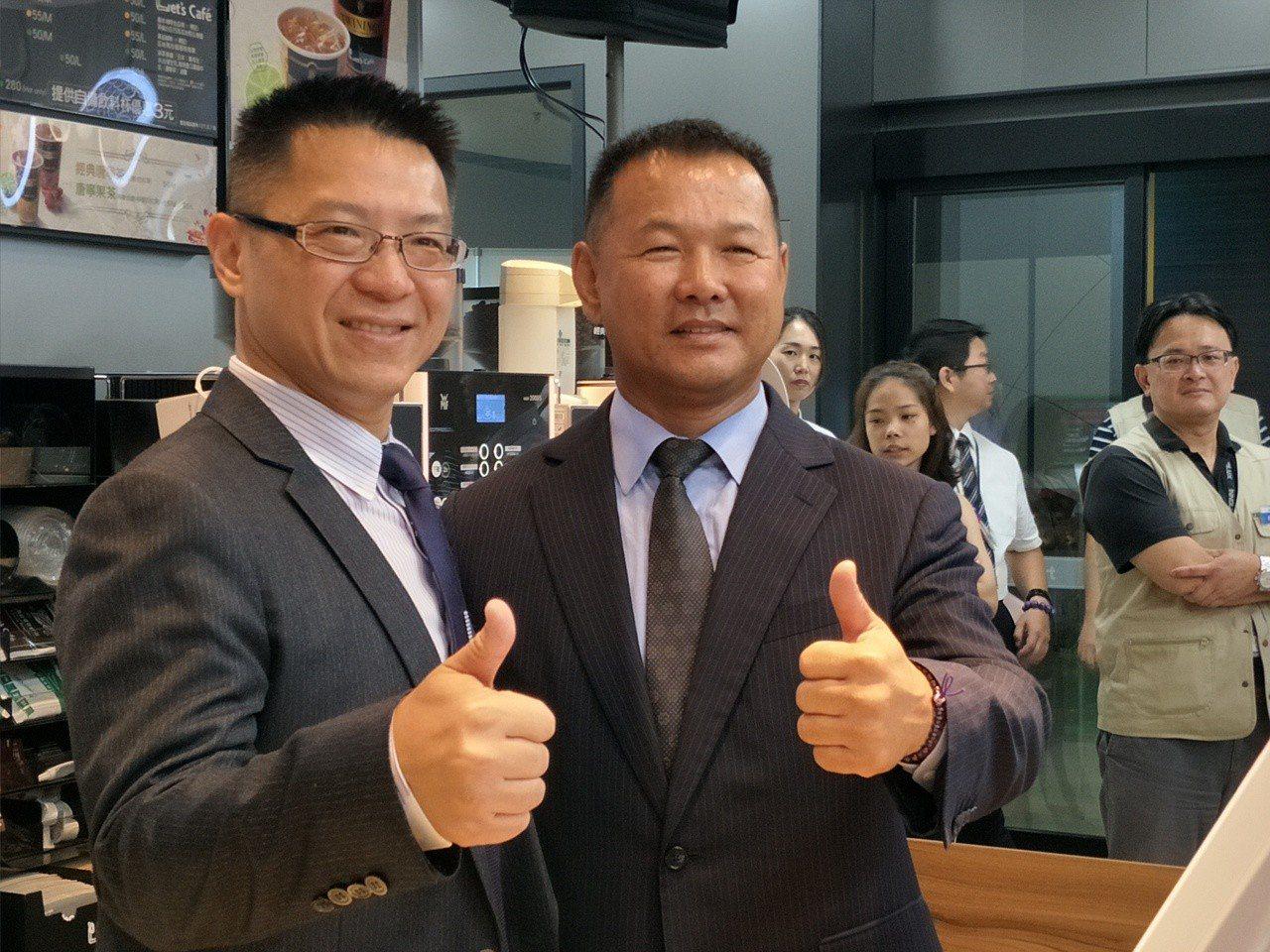 群創光電董事長洪進揚(左)與全家超商總經里薛東都,對於合作案深具信心。記者謝進盛...