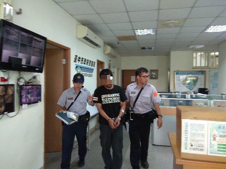 台中警方逮捕涉嫌偷手機男子,依竊盜罪嫌移送法辦。記者游振昇/翻攝