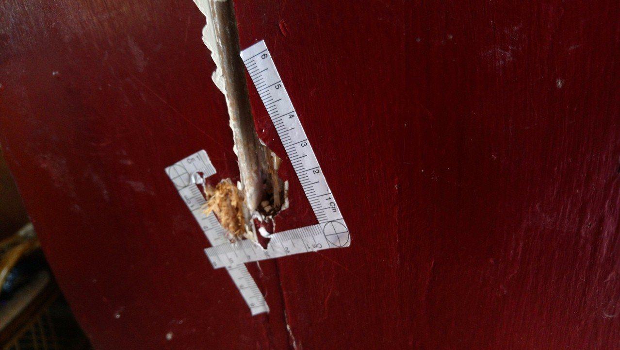 施姓老翁家的木門還留有彈孔。記者卜敏正/攝影