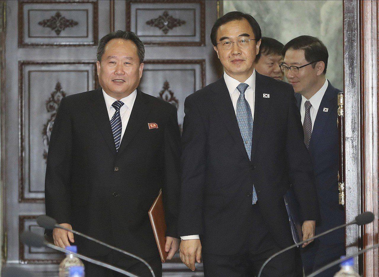 南北韓13日上午召開高階會談,議定第三次文金會9月在平壤舉辦。圖為率領南韓代表團...