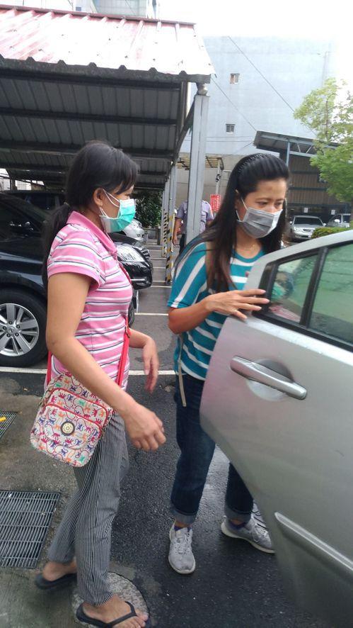 印尼籍看護(左)協助警方調查後,胸部感到不適,重返醫院檢查。記者林昭彰/攝影