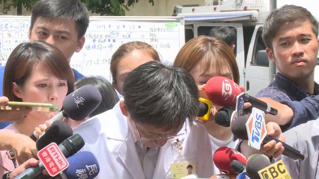 衛福部台北醫院凌晨發生大火奪去9條人命,副院長林三齊出面鞠躬道歉。攝影/記者顏凱...