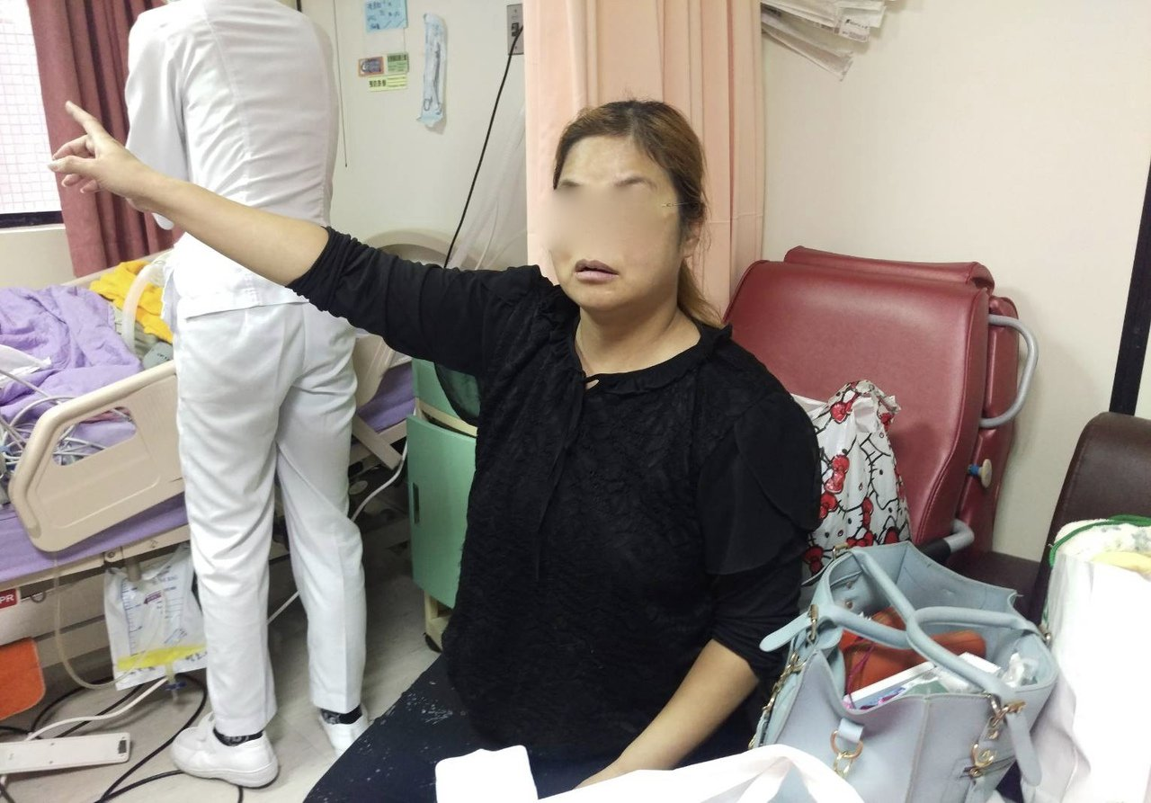 48歲陳姓家屬是牙醫師助理,把氣切父親平安送到一樓後,第一個想到的就是再衝上去救...