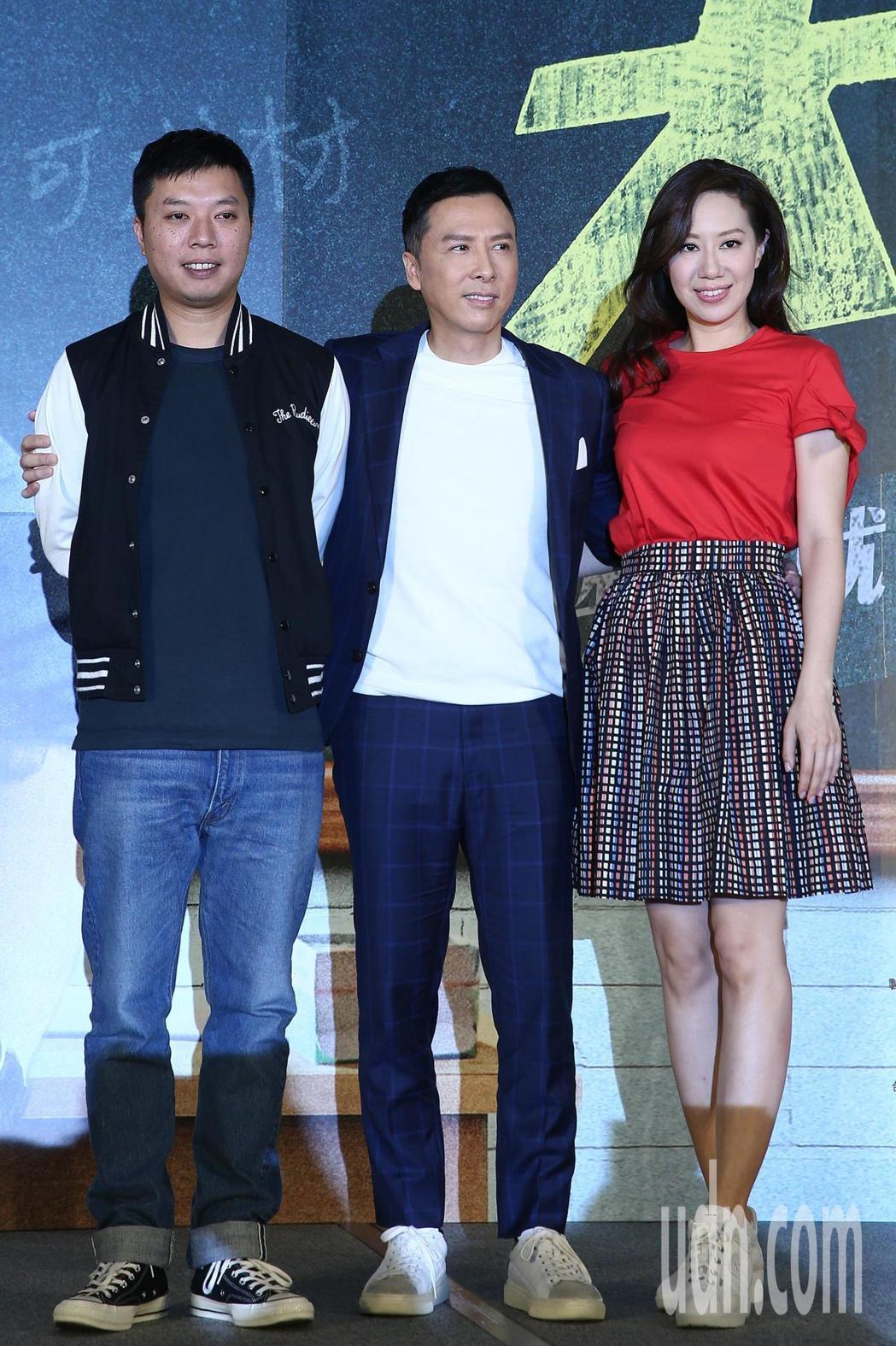 導演闞家偉(左起)、甄子丹與太太汪詩詩中午一起出席電影「大師兄」記者會。記者蘇健...