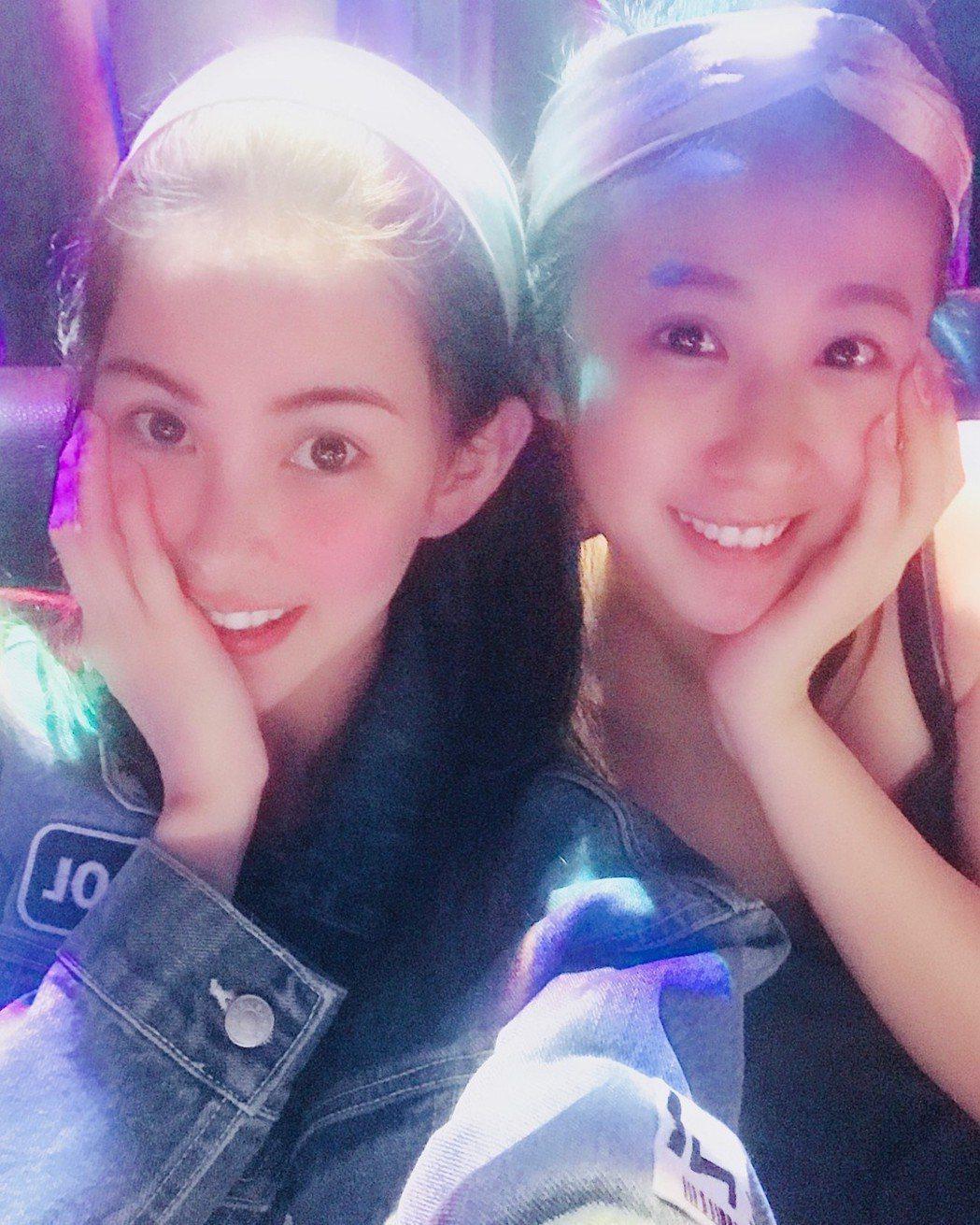 昆凌(左)歡慶25歲生日,很開心方志友陪在一旁。圖/摘自IG