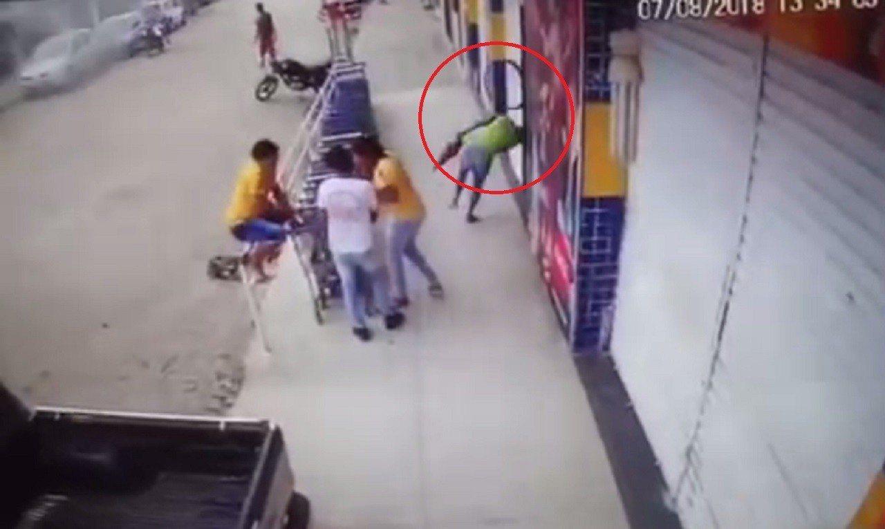 巴西7日發生一起離奇事故,一名醫院清潔婦桑托斯,走在路上慘遭爆胎炸飛的鋼圈砸中頭...