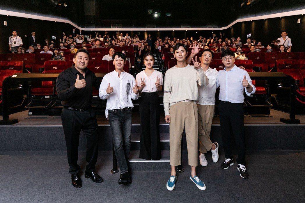 馬東石(左起)、金東旭、金香起、朱智勛、河正宇、導演金容華以及日前來台宣傳電影「...
