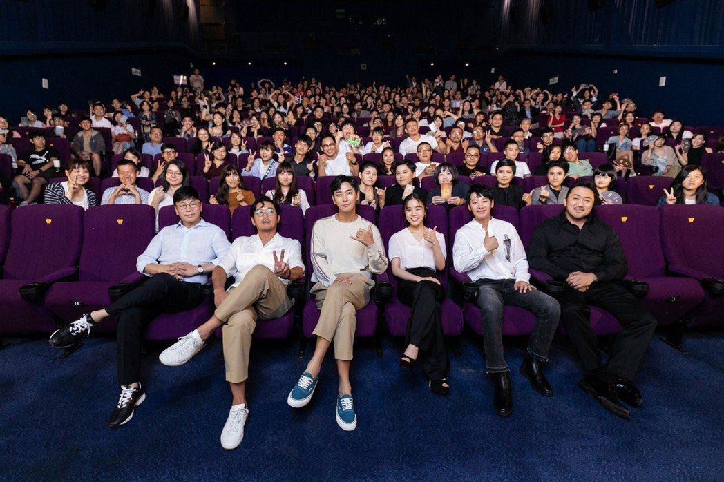 導演金容華(左起)、河正宇、朱智勛、金香起、金東旭以及馬東石日前來台宣傳電影「與...