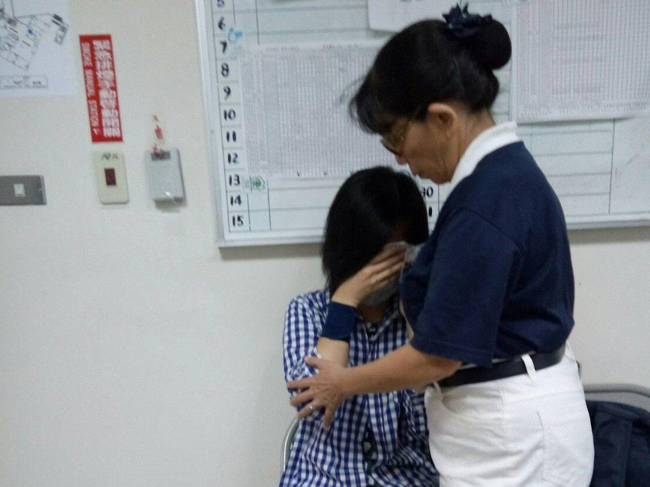 慈濟志工關懷病患及家屬。圖/慈濟提供
