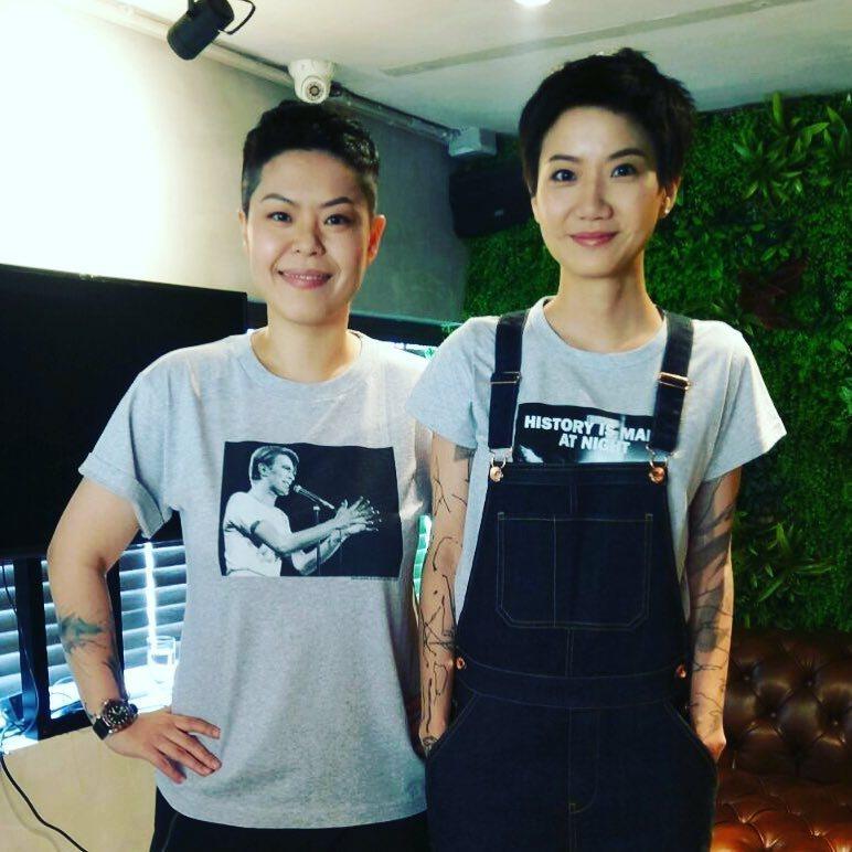 林二汶(左)撰寫千字文追思身亡的盧凱彤。圖/摘自臉書