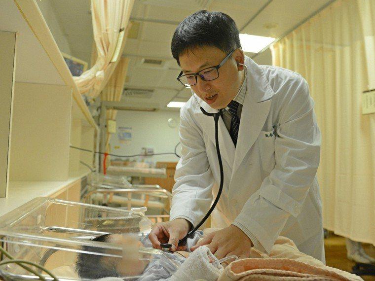 黃小妹出生後被檢查右側先天性卵巢囊腫,隔天就手術切除。圖/台北慈濟醫院提供