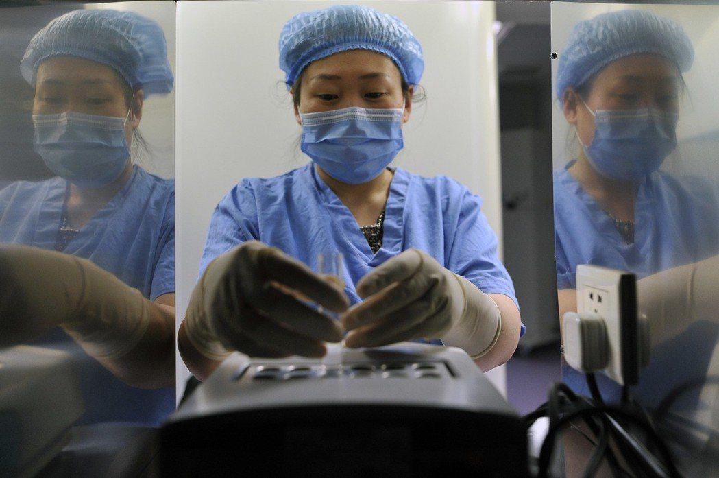 隨著大陸二胎政策的開放,試管嬰兒成為年紀偏大人群實現生育的一種方式。(中新社)