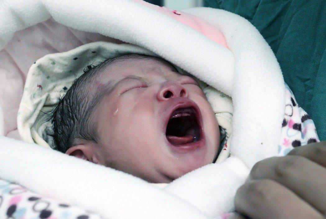 冷凍保存12年的凍融胚胎試管嬰兒2016年在西安出生。(新華社)