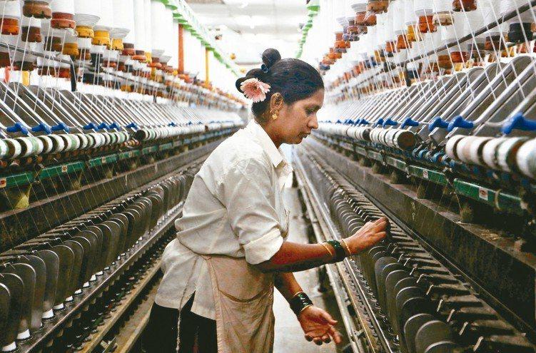 印度經濟以內需為主,相對不受全球貿易衝突增溫的衝擊。圖為孟買的紡織工廠。 路...