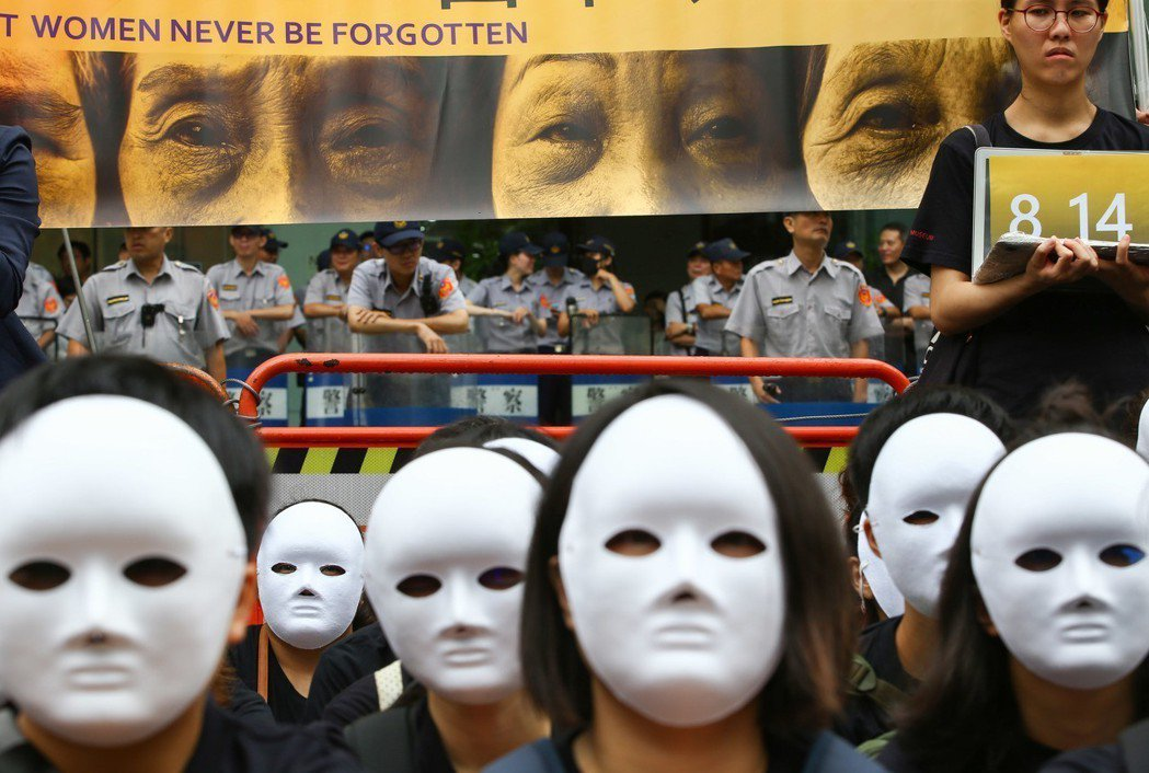 814是國際慰安婦紀念日,人權團體往日本台灣交流協會抗議,59名民眾戴上「沉默的...