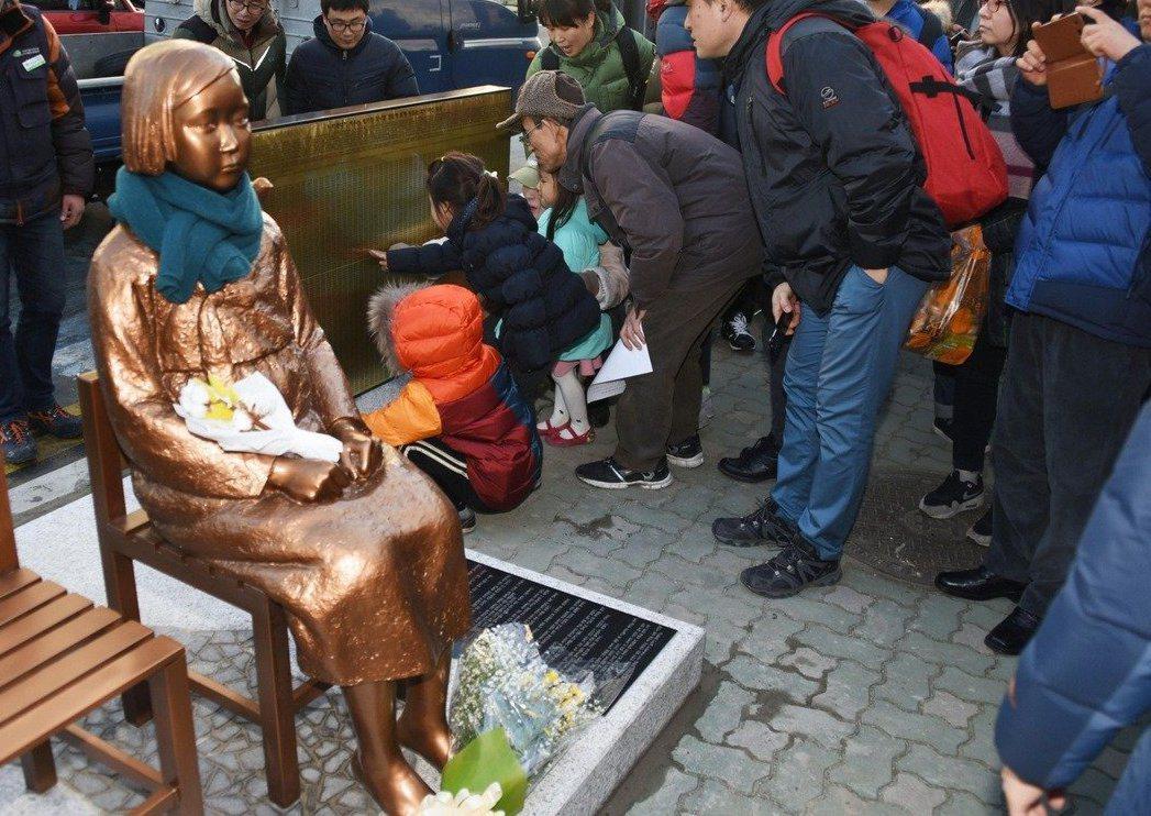 南韓維權人士2016年在釜山日本總領事館外,設置象徵受害慰安婦的少女像。中央社