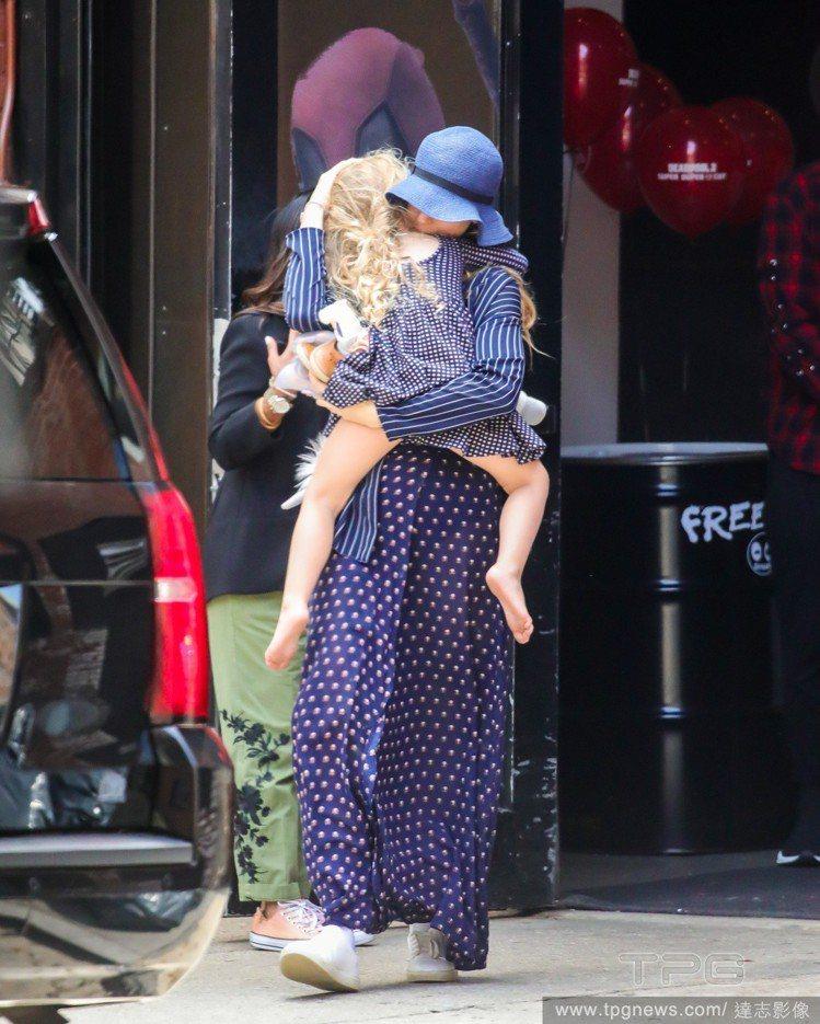 布蕾克萊佛莉抱女兒。圖/達志影像