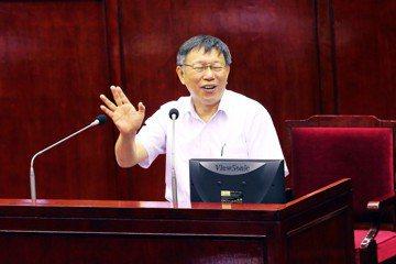 圖為8月8日鍾小平在議場擲筊預言柯文哲會選總統,柯文哲馬上揮手否認。 圖/聯合報系資料照