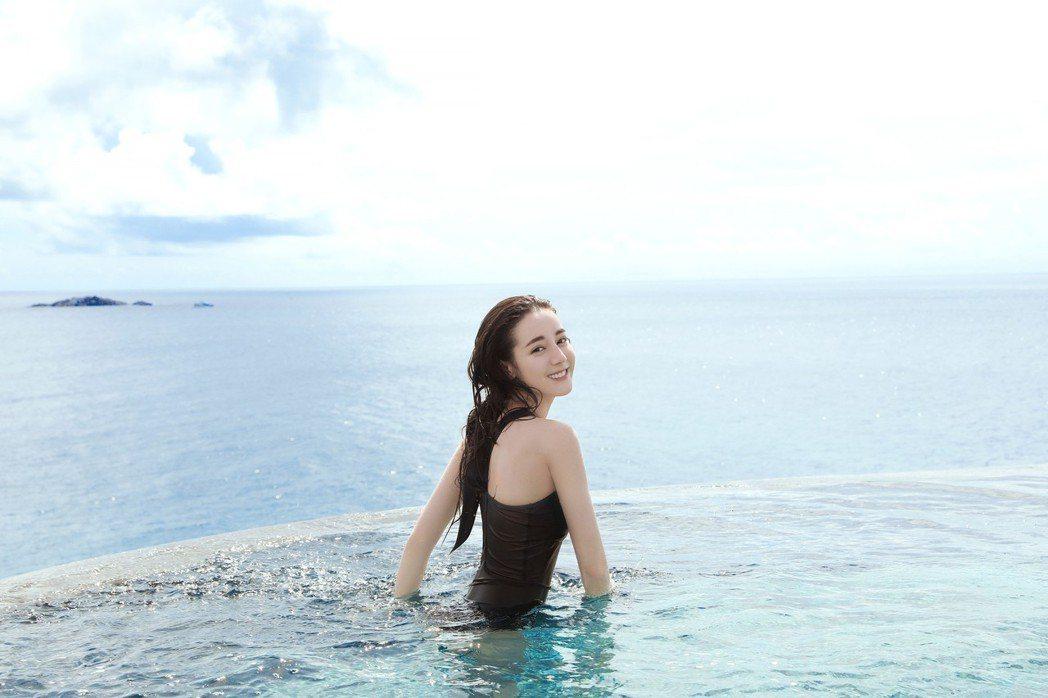 迪麗熱巴泳裝照。圖/擷自微博