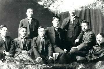 台灣民運先鋒蔡式穀(左立者),是台灣抗日民族運動律師群中聲望最高的人。 圖/聯合報記者李青霖翻攝