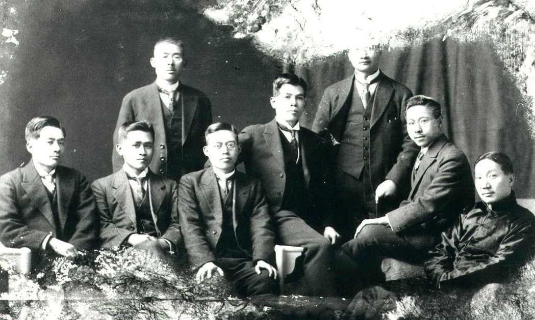 台灣民運先鋒蔡式穀(左立者),是台灣抗日民族運動律師群中聲望最高的人。 圖/聯合...
