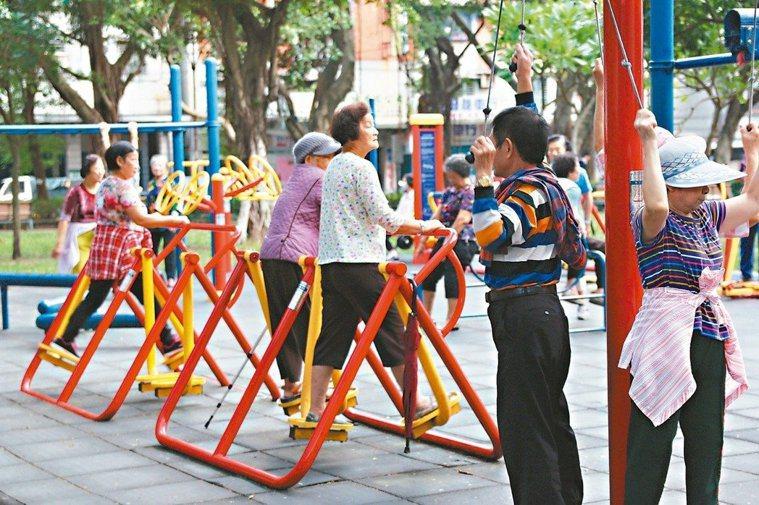 公園裡的運動器材可舒緩五十肩。報系資料照