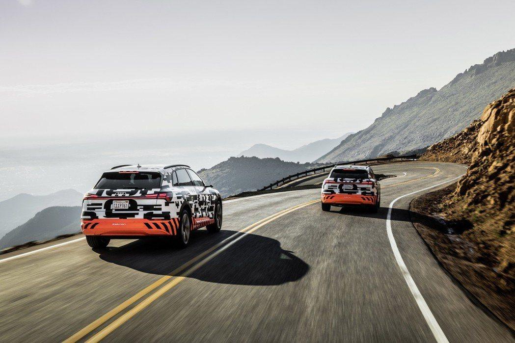 Audi e-tron prototype純電原型車集高性能與高效率於一身,系統不僅可榨出功率高達300kW的動力輸出,更以其中大型休旅車之姿,創下六秒內完成百公里加速衝刺的優異成績。 圖/Audi提供