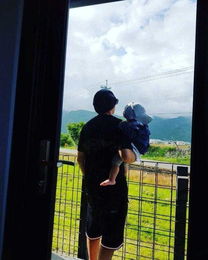 周杰倫抱著兒子笑說進行「Mens talk」。圖/摘自IG