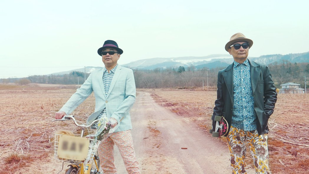 陳昇(左)邀弟弟合拍MV。圖/新樂園製作提供