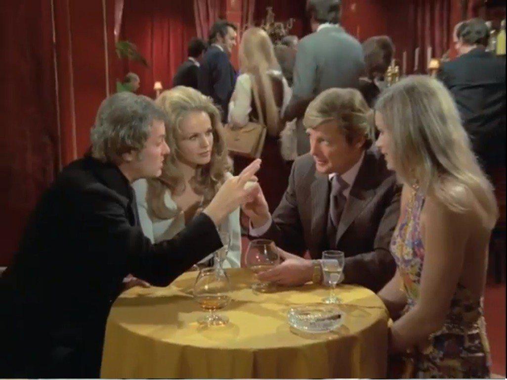 「高度機密」也為兩位男主角安排了美麗的女伴。圖/翻攝自YouTube