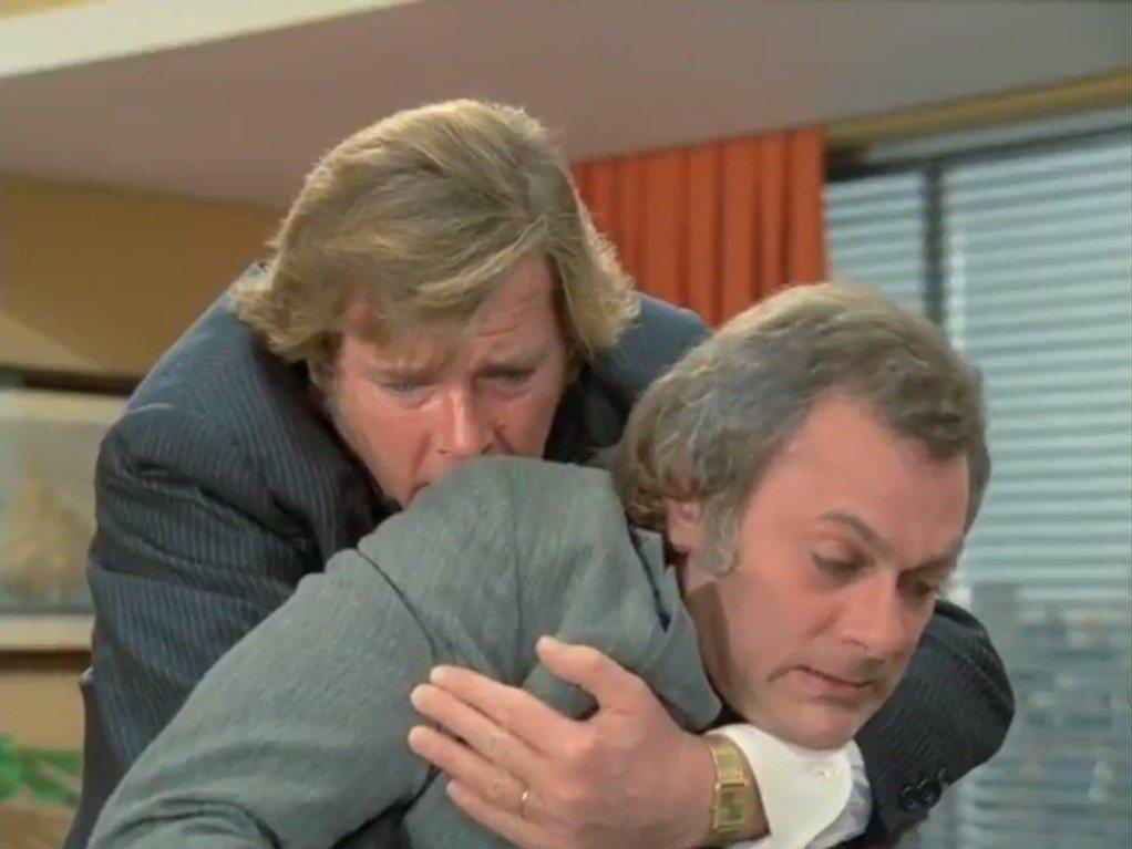 羅傑摩爾(左)與湯尼寇蒂斯戲外的關係是好是壞,至今已成無解之謎。圖/翻攝自You...