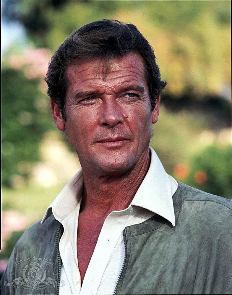 羅傑摩爾在正牌的007「最高機密」造型較為俐落。圖/摘自imdb