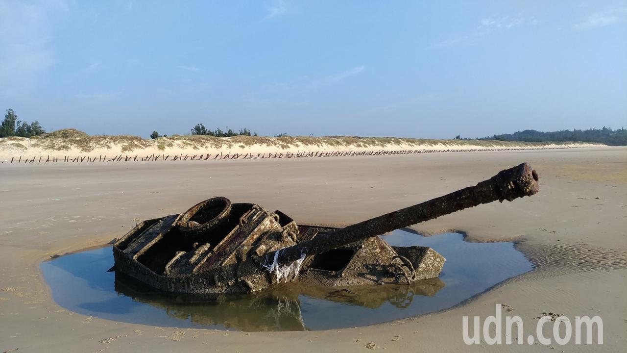 金門沉睡戰車在退潮時才看得到。記者楊德宜/攝影