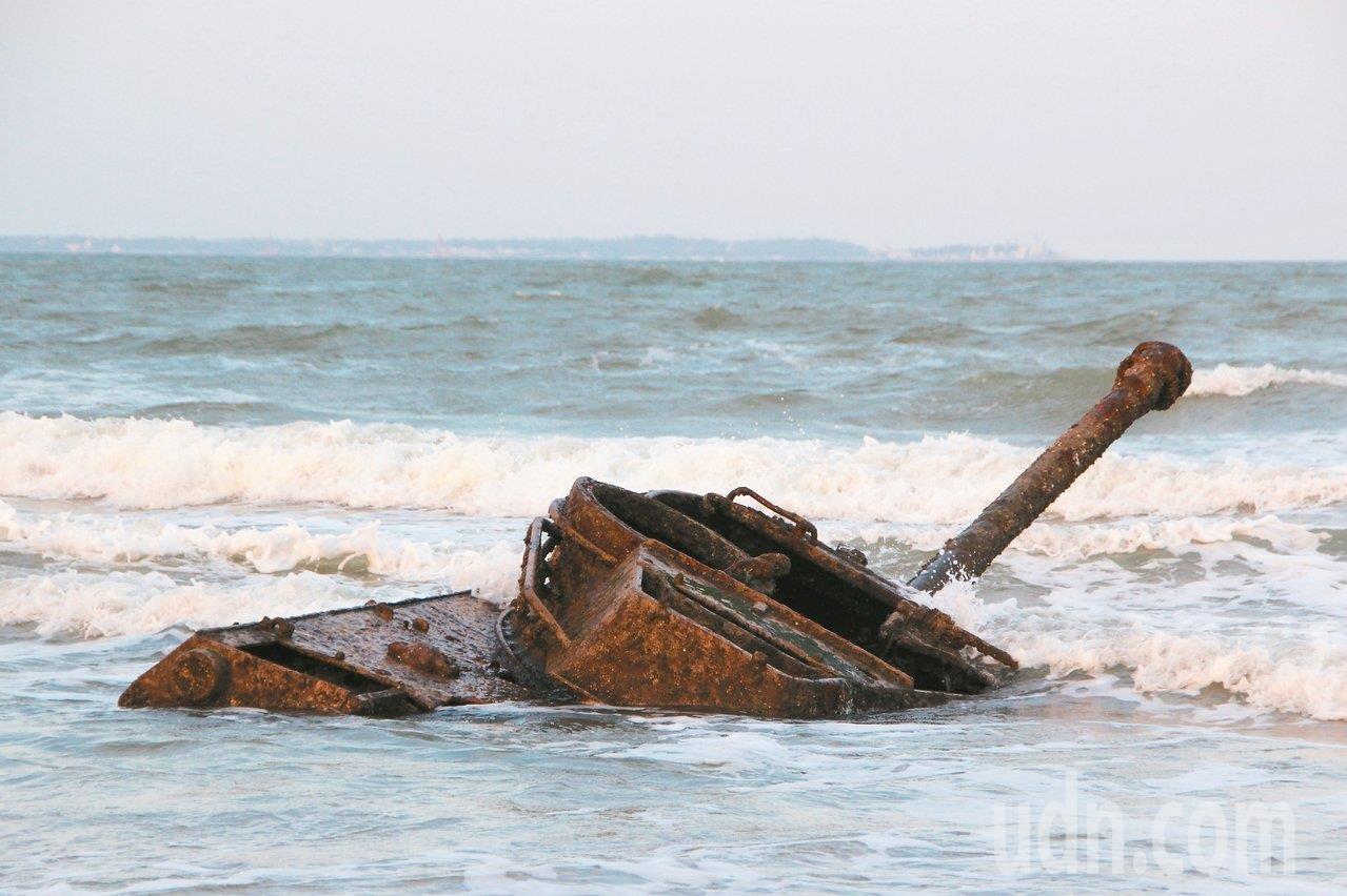 當漲潮時,浪潮將沉睡戰車吞淹。聯合報系資料照/記者魏翊庭攝影