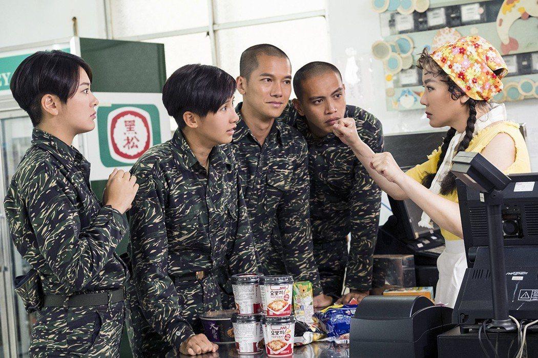 藍心湄(右)客串「女兵日記」,演技生動自然。圖/TVBS提供