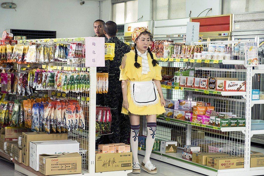 藍心湄客串「女兵日記」,造型竟被鯰魚哥虧像芒果。圖/TVBS提供