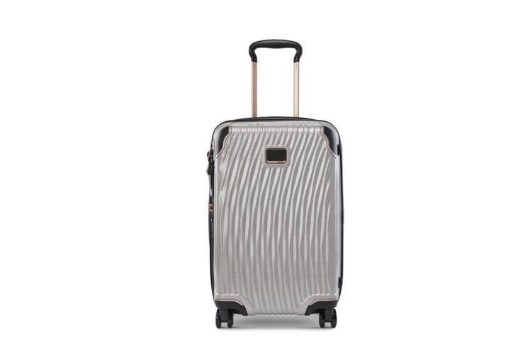 TUMI Latitude系列20吋玫瑰金旅行箱,約26,700元。圖/俊嶽提供