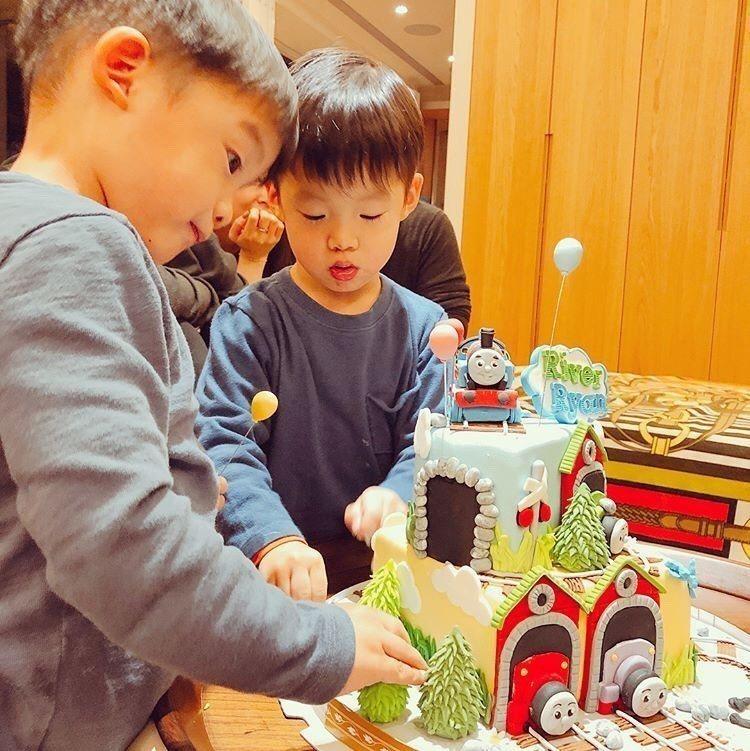 范瑋琪與陳建州的兒子飛飛、翔翔是「湯瑪士小火車」忠實粉絲。圖/摘自IG