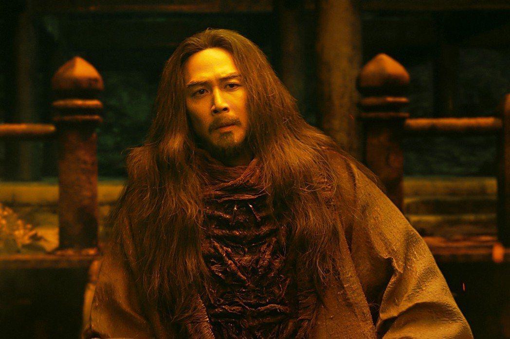 李政宰在「與神同行:最終審判」扮演閻羅王,頂著一頭長髮,自嘲「閻羅王姐姐」。圖/