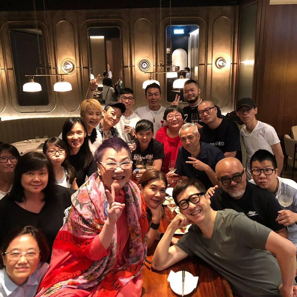 張小燕(前排中)日前歡度70歲生日。圖/摘自臉書