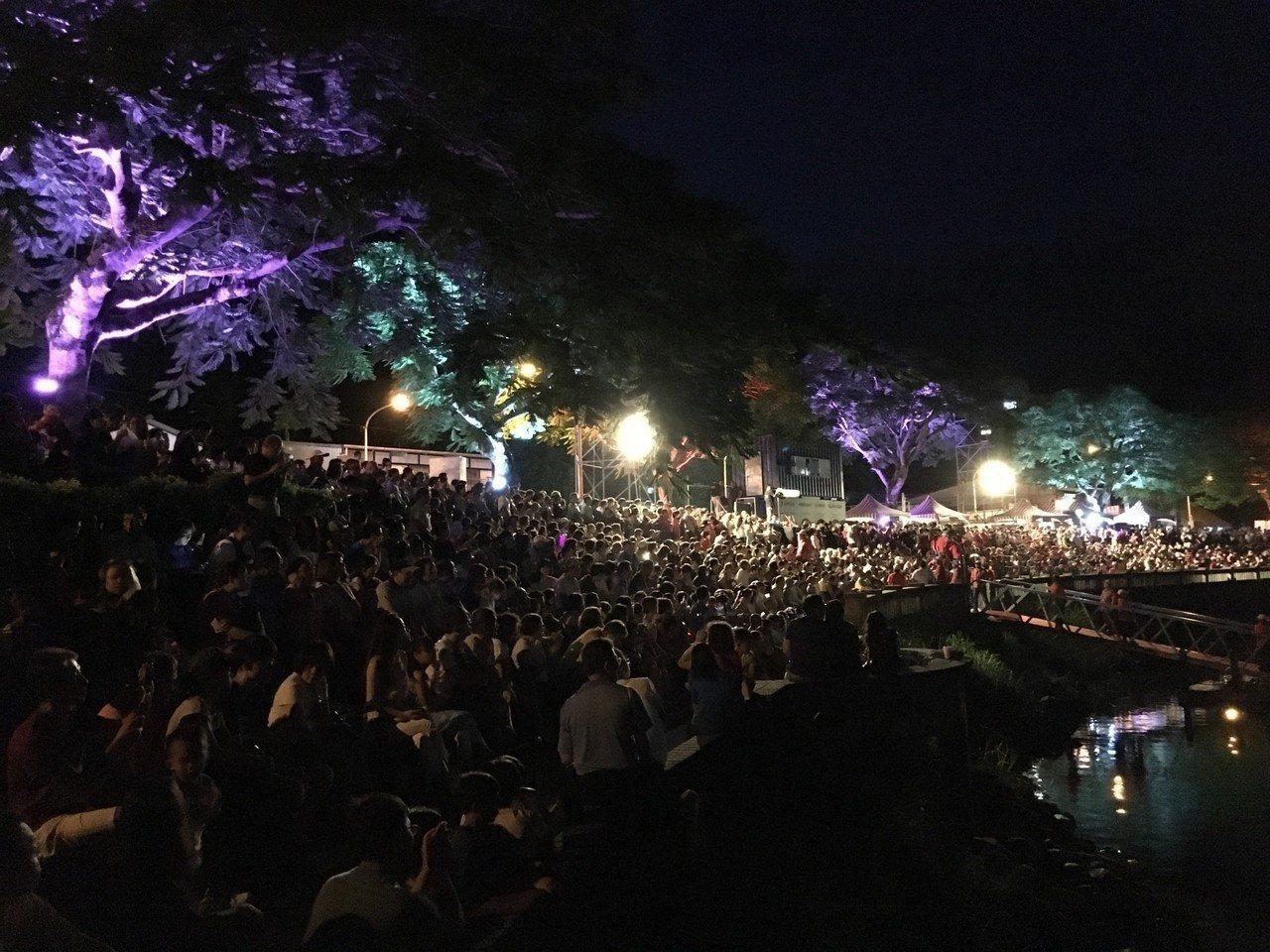 花蓮鯉魚潭畔的「奇萊傳說III」夜之谷水舞劇場,吸引爆滿遊客,看得目不轉睛。圖/...