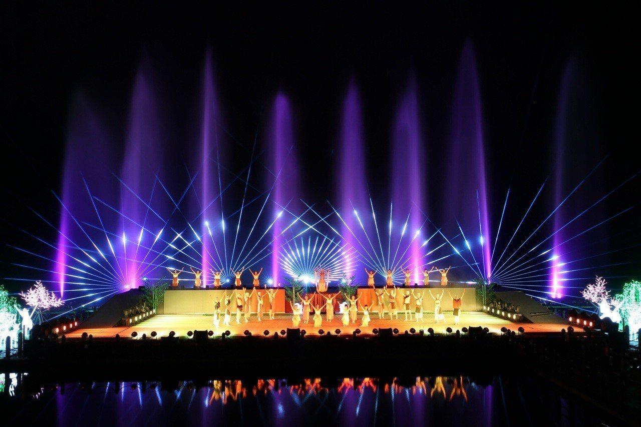 花蓮鯉魚潭畔的「奇萊傳說III」夜之谷水舞劇場,聲光效果炫麗,還結合原住民元素,...