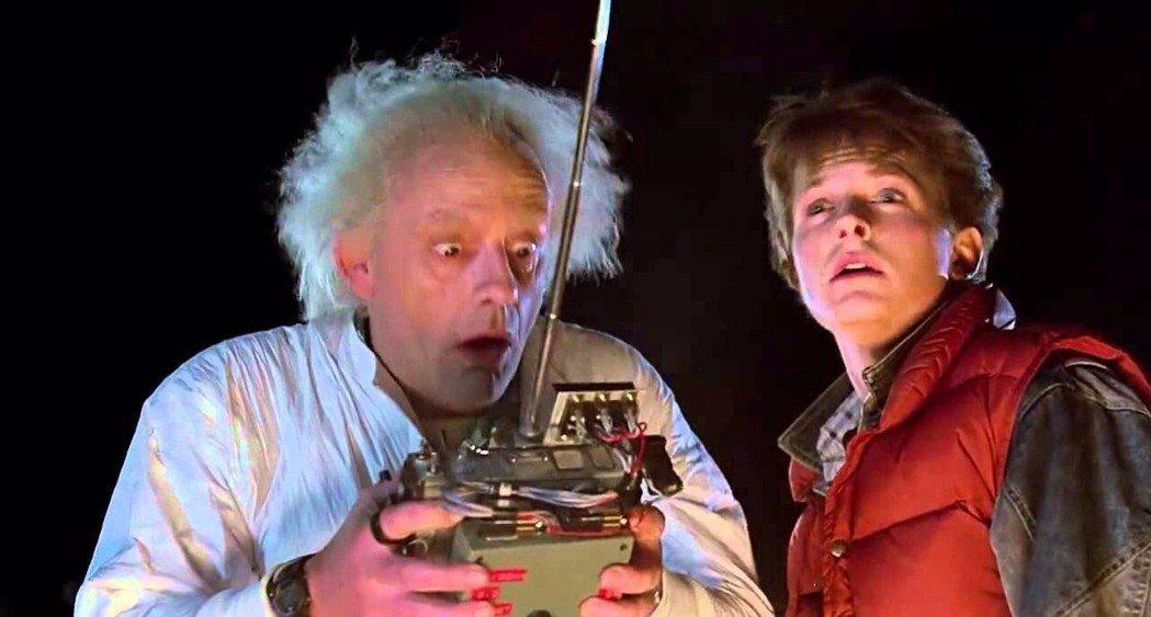 克里斯多夫洛伊與米高福克斯在「回到未來」扮演怪博士與平凡少年。圖/摘自imdb