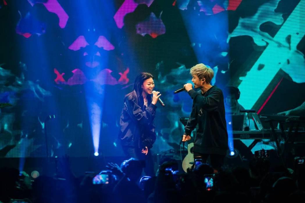 田亞霍(右)曾擔任蔡恩雨的演唱會嘉賓。圖/大鵬經紀提供