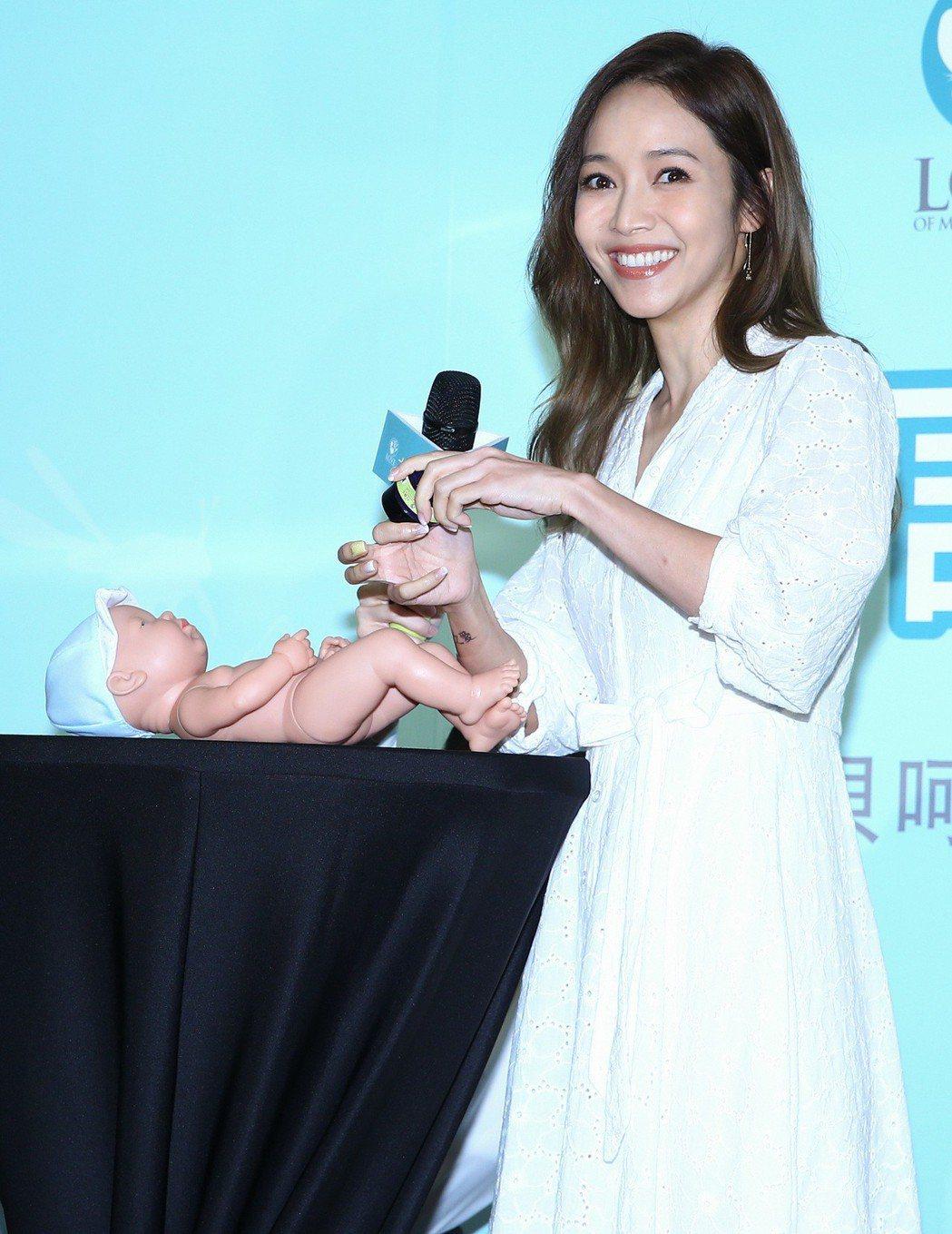 藝人侯佩岑出席大地之愛產品代言記者會,示範幫小嬰兒抹乳液。記者陳柏亨/攝影