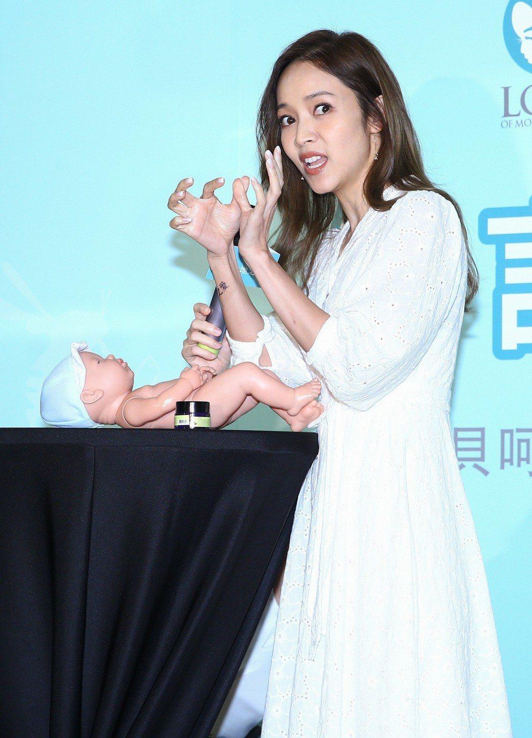 藝人侯佩岑昨天出席大地之愛產品代言記者會,示範幫小嬰兒抹乳液。記者陳柏亨/攝影