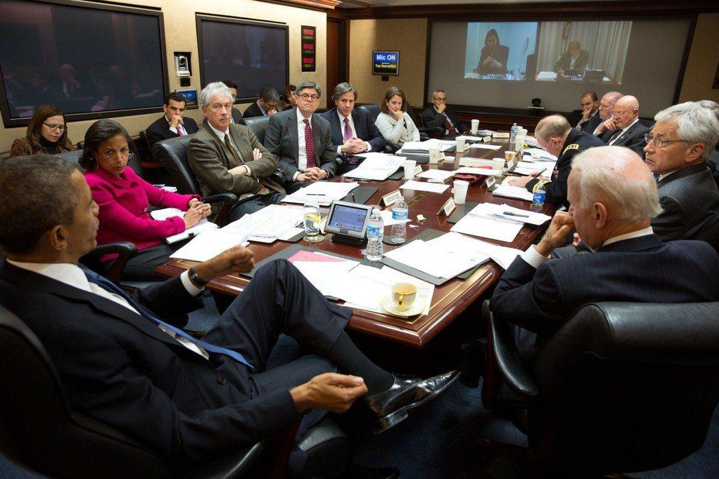 美國前總統歐巴馬2014年在白宮戰情室主持國安會議。根據規定,進入戰情室的人不得...