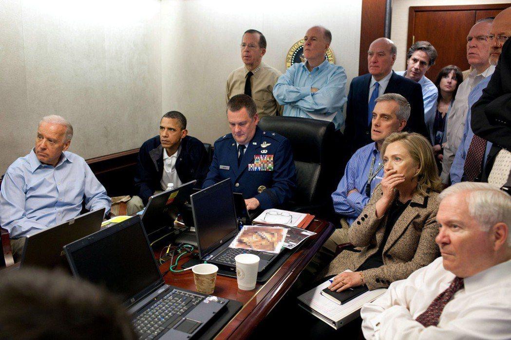 2011年美軍在巴基斯坦擊斃凱達恐怖組織首腦賓拉丹,時任美國總統歐巴馬(左二)、...