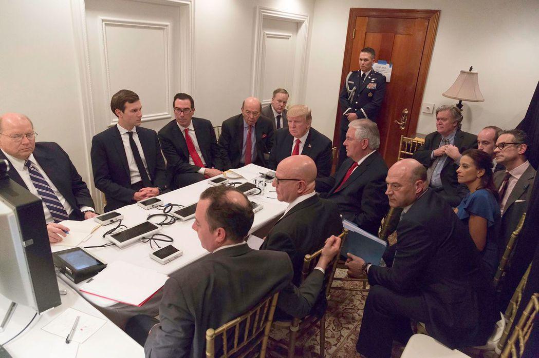 美國總統川普去年4月在戰情室下令空襲敘利亞。 (法新社)